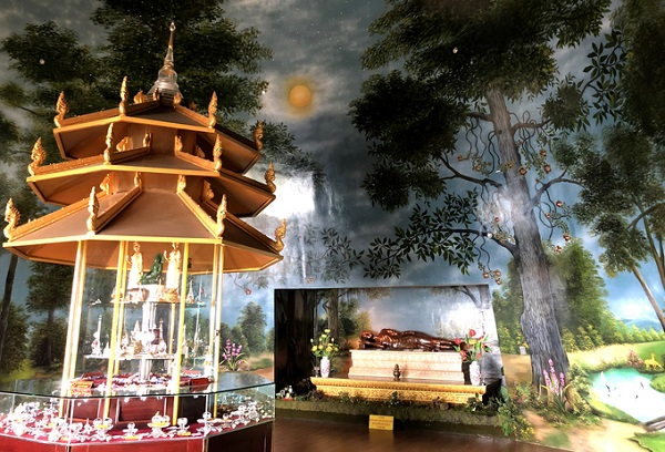 Trong tháp có xá lợi được tôn thờ dưới mái vòm được trang trí như khu rừng đậm chất thiền.