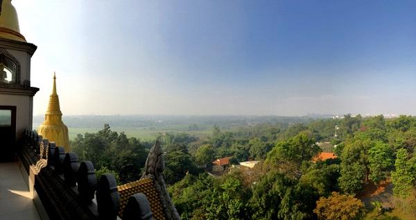 Trên tầng, du khách và Phật tử có thể ngắm khung cảnh Sài Gòn và các tỉnh thành lân cận.