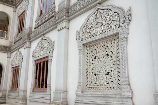 Kiến trúc Ấn Độ đậm nét trong cách chạm trổ các khung cửa sổ của các tầng tháp.