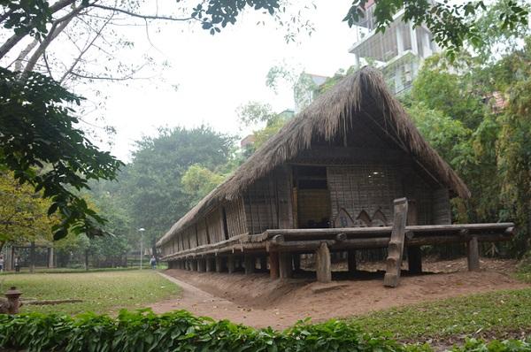 Sau nhà cũng có sân và cầu thang nhỏ, phục vụ cho các sinh hoạt gia đình. Đây thường là nơi tắm rửa, nấu ăn.