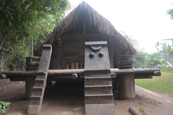 Dù phục dựng, ngôi nhà vẫn giữ được hướng bắc – nam theo tập quán cổ truyền Ê đê. Đầu nhà quay về phía bắc, có cửa chính, đón khách. Cầu thang lên nhà dài thường có hai cái, gọi là cầu thang đực và cầu thang cái.  Cầu thang cái (phải) thường được trang trí bằng hình trăng khuyết và hình hai bầu ngực, thể hiện tín ngưỡng phồn thực và chế độ mẫu hệ. Đây là cầu thang dành cho phụ nữ và khách. Cầu thang còn lại thô mộc, nhỏ hơn, dành cho đàn ông.