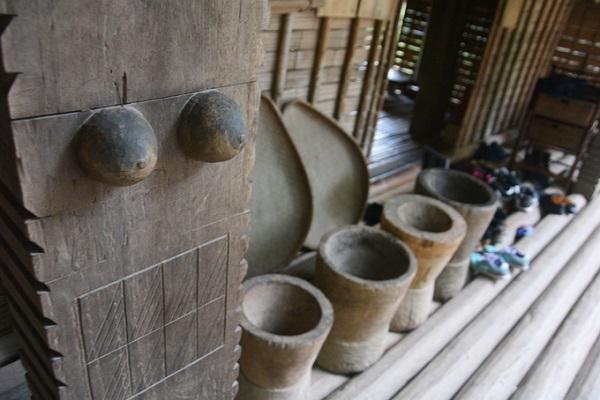 Các họa tiết trang trí thể hiện tín ngưỡng phồn thực và uy quyền của mẫu hệ được đẽo gọt ở hầu hết cột, kèo trong nhà dài.