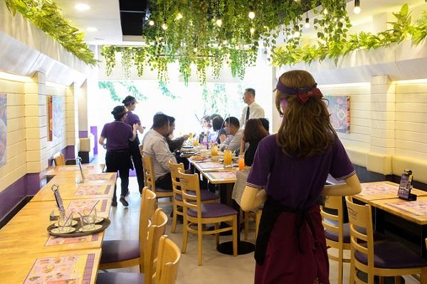 Robot có tên cô Ba, được đưa vào hoạt động tại một nhà hàng trên phố đi bộ Nguyễn Huệ, quận 1.