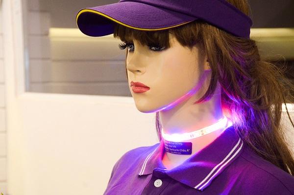 """Anh Huy cho biết, nhóm thiết kế gồm hơn 10 thành viên, mỗi người phụ trách một công việc riêng từ lập trình cho đến thiết kế bên ngoài. """"Cô Ba được thiết kế như một người châu Á, cao 1m65, nặng 45kg. Robot này có nhiều phiên bản khác nhau và có thể tùy chỉnh theo ý muốn"""", anh Huy nói."""