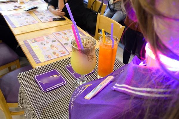 Trên thế giới đã có nhiều nhà hàng, sân bay dùng robot để phục vụ. Trước đó, một quán cà phê tọa trên đường Lạc Trung, quận Hai Bà Trưng, Hà Nội đã gây chú ý khi cho robot làm việc thay nhân viên bồi bàn.