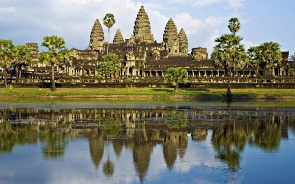 Khám phá ngôi đền Angkor Wat hùng vĩ: Ngôi đền Angkor Wat đồ sộ, được xây dựng vào thế kỷ XII là yếu tố hút khách du lịch hàng đầu ở Campuchia. Quần thể di tích tôn giáo lớn nhất thế giới này nổi bật với kiến trúc độc đáo cùng hàng nghìn bức phù điêu trang trí thể hiện sức sáng tạo và sự khéo léo của người Khmer. Ảnh: Inseasia.