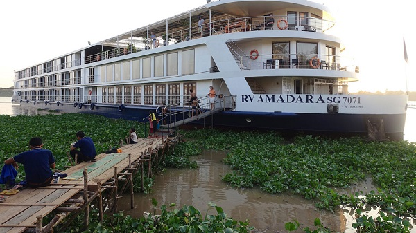 Du thuyền trên sông Mekong: Một chuyến đi thuyền dọc theo sông Mekong là trải nghiệm thú vị dành cho du khách. Không chỉ được thấy những con diệc bắt cá trên sông hay những đám lục bình bao quanh mạn thuyền, du khách còn có thể lên bờ, đi vòng qua các làng ven sông và chiêm ngưỡng, khám phá cảnh vật và cuộc sống yên bình ở đây. Ảnh: Justluxe.