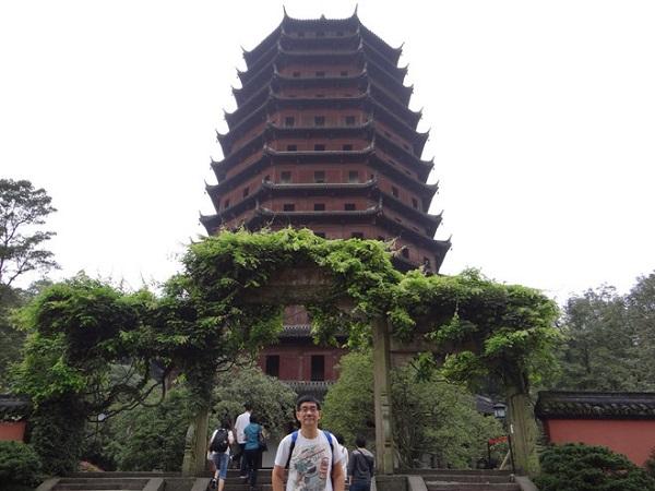 Đền Tianning: Sở hữu chiều cao xấp xỉ 154 m, đền Tianning được xây dựng bằng loại gỗ đặc biệt được nhập từ Myanmar cùng 75 tấn vàng, đồng đã được sử dụng để xây dựng nên công trình kiến trúc nổi tiếng này. Ngoài ra, chiếc chuông đồng khổng lồ nặng đến 30 tấn được đặt trong đền cũng để lại ấn tượng đặc biệt với nhiều du khách. Ảnh: HuanKee.