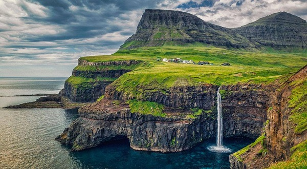 Quần đảo Faroe, Đan Mạch: Quần đảo Faroe là một vùng lãnh thổ tự trị của Đan Mạch. Không khí trong lành, các bãi biển hoang sơ, những vách đá thẳng đứng cùng nhiều ngọn núi xanh với thung lũng đẹp như tranh vẽ, mang đến bất ngờ cho bất cứ ai đặt chân đến đây. Ảnh: Travel and Leisure.