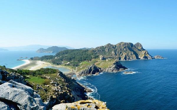 Quần đảo Cies, Galicia, Tây Ban Nha: Nằm ngoài bờ biển Galicia, quần đảo Cies là điểm đến hoàn hảo dành cho những người tìm kiếm sự yên tĩnh và thoải mái. Du khách ghé thăm nơi đây có thể đi bộ trên những con đường mòn và quan sát các loài động vật hoang dã. Quần đảo cũng là một phần của vườn Quốc gia Galicia Atlantic, có vùng đất và biển xung quanh được bảo vệ rất cao. Mỗi ngày, chỉ có khoảng 2.200 lượt du khách được ghé đến nơi đây. Bên cạnh đó, trong khu vực cũng không có khách sạn, chỉ có một khu cắm trại, và một số nhà hàng nhỏ. Ảnh: Passenger6a.