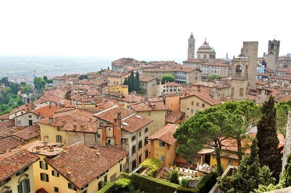 Bergamo, Lombardy, Italy: Bergamo là một thành phố quyến rũ với những con phố uốn khúc quanh co xinh xắn. Đến đây, du khách có thể thưởng thức món gelato hấp dẫn, khám phá cuộc sống vùng nông thôn Lombardy hay tham quan các hồ nước tuyệt đẹp. Đặc biệt trong mùa xuân, thành phố và khu vực xung quanh còn mang đến không gian lãng mạn và yên bình. Ảnh: Handluggageonly.