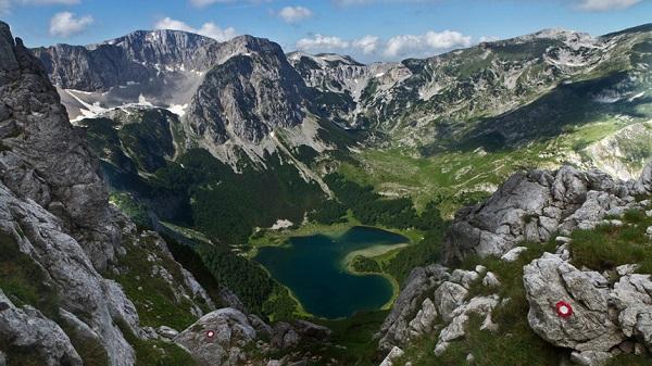 Vườn quốc gia Durmitor, Montenegro: Các đỉnh núi cao, hồ nước, rừng rậm và các hẻm núi trên sông là những gì đang chờ đợi du khách tới khám phá tại vườn quốc gia Durmitor của Montenegro. Ở đây, thời tiết dễ chịu quanh năm, trong đó tháng 12 đến tháng 3 là mùa trượt tuyết, còn mùa xuân, mùa hè và mùa thu là những thời điểm lý tưởng đến đi bộ hay chèo thuyền trên sông. Ảnh: Reddit.