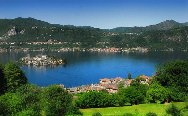 Hồ Orta, Piedmont, Italy: Orta là một trong những hồ nước đẹp nhất Italy nhưng lại ít được biết đến, ngay cả đối với du khách trong nước. Ngay giữa hồ là một hòn đảo nhỏ với tên gọi Isola San Giulio, trên đảo có một nhà thờ La Mã được xây dựng từ thế kỷ XIX. Ảnh: Armeno-immobiliare.it.