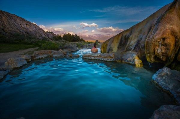 Suối nước nóng Travertine, California, Mỹ: Những hồ nước nóng ở khu vực suối nước nóng Travertine có lớp đất sét mềm, giàu khoáng chất và nguồn nước nóng chảy qua các tảng đá, với nhiệt độ khoảng 39°C. Nơi đây là địa điểm hoàn hảo để du khách có thể thư giãn và quan sát cảnh vật tuyệt vời xung quanh, cũng như ngắm mặt trời lặn phía đông Sierra của California. Ảnh: KrisWiktor/Shutterstock.