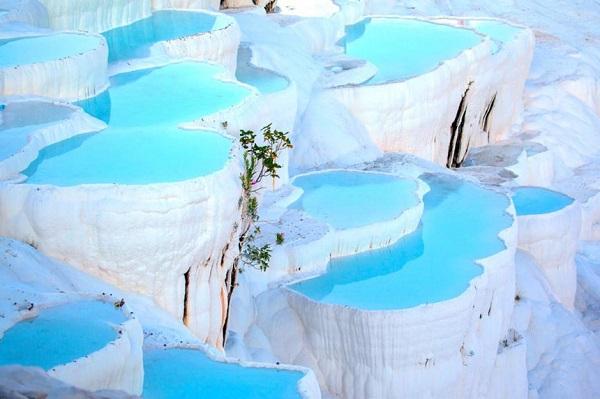 Pamukkale, Thổ Nhĩ Kỳ: Những hồ nước nóng bậc thang ở Thổ Nhĩ Kỳ được hình thành từ các mỏ đá vôi trong hàng triệu năm. Đến đây, du khách được ngâm mình và thư giãn trong hồ Cleopatra ở phía trên và ngắm nhìn quang cảnh toàn khu vực. Để tránh đám đông, khách du lịch có thể ở lại làng Pamukkale gần đó và ghé thăm hồ nước nóng vào buổi sáng sớm. Thời gian lý tưởng nhất để ghé thăm nơi đây là vào mùa xuân. Ảnh: Muratart/Shutterstock.