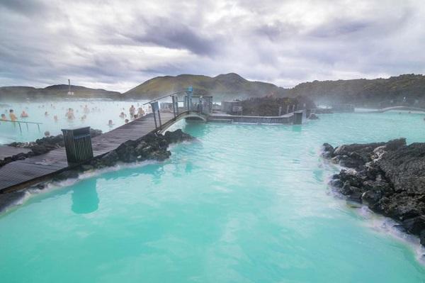 Blue Lagoon, Iceland: Blue Lagoon là một trong những điểm tham quan được nhiều người ưa thích nhất của Iceland. Nơi đây là một spa địa nhiệt giàu khoáng chất, được hình thành vào năm 1976, do tác động của nhà máy điện gần đó. Mọi người bắt đầu tắm trong vùng nước ấm này vào đầu những năm 80 của thế kỷ 20 và spa chính thức khai trương vào năm 1992. Ảnh: Nido Huebl/Shutterstock.