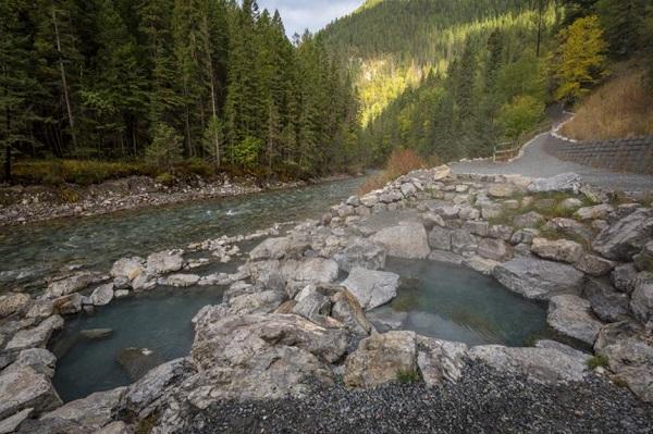Hồ nước nóng Lussier, British Columbia, Canada: Nằm trong khu vực hoang dã của công viên hồ Whiteswan là 3 hồ nước nóng tự nhiên tuyệt đẹp, được bao quanh bởi những tảng đá. Thả mình trong dòng nước ấm 44°C ở đây, du khách có thể ngắm nhìn sông Lussier, các thung lũng xung quanh cùng nhiều loài động vật hoang dã như đại bàng, hươu hay gấu. Thời điểm lý tưởng nhất để ghé thăm nơi đây là vào mùa hè, khi những con đường không có tuyết rơi. Ảnh: ChaseClausen/Shutterstock.