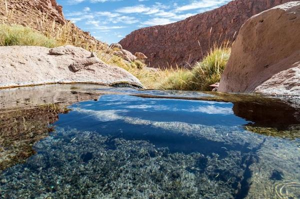 Puritama, Chile: Tại Puritama, giữa khu vực địa nhiệt tại sa mạc Atacama, du khách sẽ tìm thấy 8 hồ bơi nước nóng, nằm trên một ốc đảo, được kết nối với nhau bằng một loạt các lối đi bằng gỗ. Những bể bơi nước nóng ở đây được người Inca tin rằng có khả năng chữa các bệnh về khớp. Ảnh: GonzaloSanchez/Shutterstock.