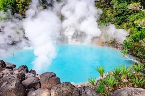 Beppu, Nhật Bản: Được mệnh danh là thủ phủ suối nước nóng của Nhật Bản, Beppu có khoảng 2.500 onsen ở khắp nơi gồm hồ bơi nước nóng, phòng tắm hơi và bể bùn. Ngoài ra, nơi đây còn có dịch vụ tắm cát, nơi du khách được ẩn mình trong lớp cát ấm, màu đen được lấy từ núi lửa. Thời gian lý tưởng nhất để ghé thăm nơi đây là từ tháng 5 đến tháng 10. Ảnh: SeanPavone/Shutterstock.