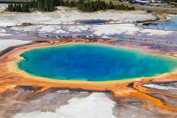 Grand Prismatic Spring, Wyoming, Mỹ: Hồ nước nóng Grand Prismatic Spring ở vườn quốc gia Yellowstone, Mỹ nổi bật với màu sắc rực rỡ do vi khuẩn trong nước tạo ra. Hồ nước nóng này có nước màu lam, được bao quanh bởi các dải màu vàng, cam, xanh lá cây và có độ sâu gần 49 m. Mặc dù không thể tắm tại đây, nhưng đi theo hướng bắc tới Mammoth, du khách có thể ngâm mình ở sông Boiling. Ảnh: BucchiFrancesco/Shutterstock.