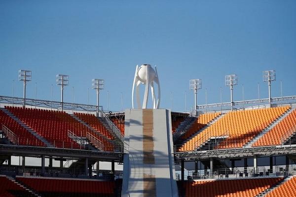 Sân vận động dành cho Olympic mùa đông mới được xây dựng có 35.000 ghế ngồi và không có mái che hay hệ thống sưởi. Trong một buổi nhạc hội từng được tổ chức ở đây, 6 người đã bị giảm nhiệt và phải vào viện. Ảnh: AP.