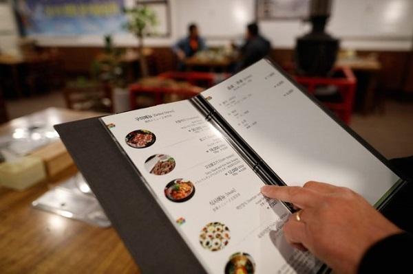 Du khách sẽ không gặp khó khăn khi tìm quán nướng Hàn Quốc ở Pyeongchang. Tuy nhiên, đặc sản ở đây là cá sấy khô hầm, ăn cùng cơm hấp với các loại rau rừng. Ảnh: AP.