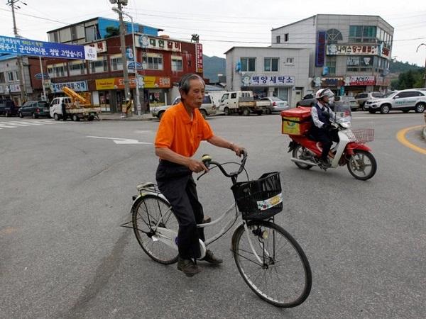Người dân ở Pyeongchang thường đi lại bằng xe đạp, xe buýt và ôtô. Cuối năm 2017 tuyến tàu cao tốc phục vụ Olympic mùa đông đã được hoàn thành, rút ngắn thời gian di chuyển từ Seoul tới Pyeongchang còn hơn một tiếng. Ảnh: Reuters.