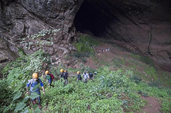 Cửa vào hang Pygmy cao và rộng khoảng 100 m, dài 845 m. Vào ban ngày, ánh sáng có thể xuyên qua hang. Cửa ra của hang cũng chính là nơi cắm trại ngủ lại vào đêm thứ 2, trong hành trình khám phá ba ngày hai đêm.
