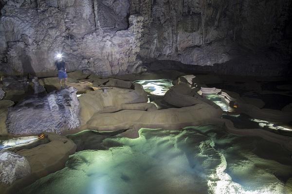 Trong hành trình khám phá 3 ngày 2 đêm, du khách còn được thám hiểm hai hang khác là hang Hổ và hang Over. Hang Over cao hơn 90 m, dài 3,2 km.
