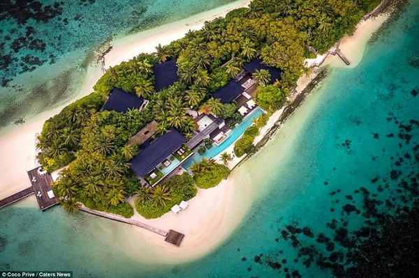 Đây là đảo nghỉ dưỡng biệt lập ở Maldives có giá thuê một đêm lên tới hơn 45.000 USD. Đảo có một nhà chính với 5 biệt thự xung quanh nên du khách có thể đi theo nhóm bạn bè hoặc đưa cả gia đình tới tận hưởng.