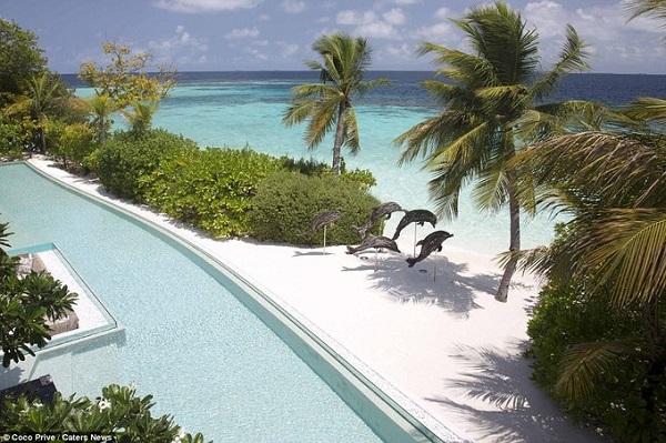 Du khách sẽ được đón bằng du thuyền riêng sang trọng từ sân bay để di chuyển đến đảo chỉ trong 35 phút. Sau khi tới nơi du khách sẽ thấy ngay nơi mình nghỉ dưỡng có hầm rượu, quầy bar phục vụ đủ loại cocktail, phòng tập thể dục ngoài trời và hồ bơi dài 40m.