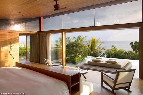 Một số phòng ngủ ở resort này cũng có view ngắm hướng thẳng ra biển. Hòn đảo Coco Prive có rất nhiều loại cây nhiệt đới, vừa cho bóng mát lẫn hoa quả như xoài, dừa, cọ, hoa đại, dâm bụt biển, hoa giấy...