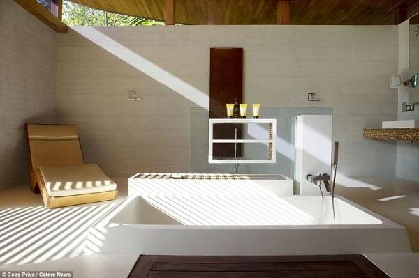 Phòng tắm sang trọng, rộng rãi của một trong 6 căn biệt thự.  Nếu ban ngày khách được thỏa sức ngắm biển, những hàng cây nhiệt đới rợp mát, khi đêm xuống lại có thể ngắm trăng sao rất rõ vì không bị ô nhiễm ánh sáng.