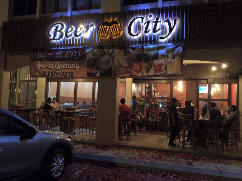 Tiếp giáp với Brunei, Miri thu hút lượng khách du lịch từ đất nước này đổ về khá lớn. Họ đến với Miri để mua sắm và trải nghiệm các trò giải trí, đặc biệt là đi bar khi đêm xuống.