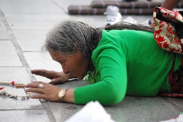 Quỳ bài trước cửa đền Jokhang...