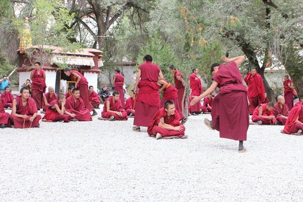 Tranh biện ở tu viện Sera, Lhasa
