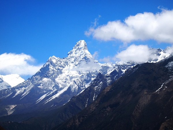Ngọn núi thiêng Ama Dablam ở Nepal
