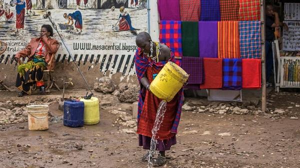 Một cô gái Maasai ra phố lấy nước sạch