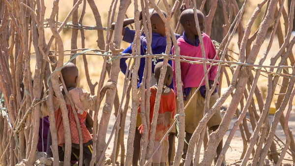 Lớp học của trẻ con chỉ là một khoảnh đất được rào lại bằng cây, không có mái che