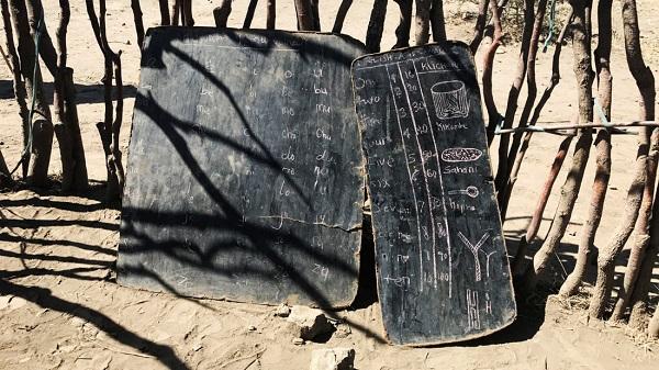 Phấn trắng, bảng đen của lớp học người Maasai