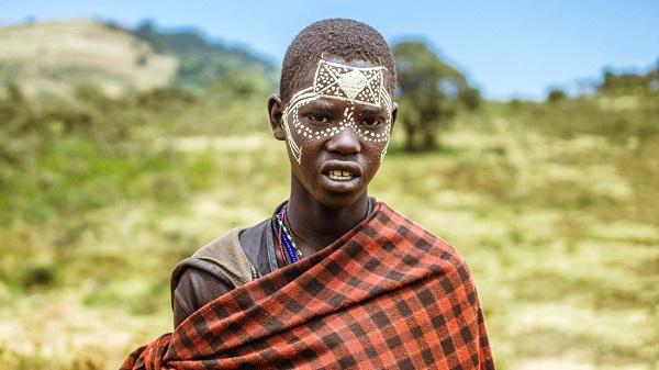Thiếu niên Maasai vẽ mặt trong thời gian diễn ra nghi lễ trưởng thành