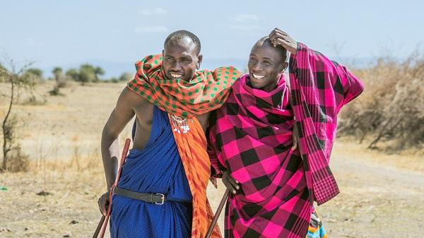 Những người đàn ông Maasai thân thiện, với trang phục truyền thống rực rỡ