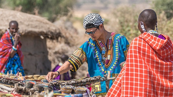 Du khách mê mẩn lựa chọn trang sức truyền thống làm bằng tay của các phụ nữ Maasai