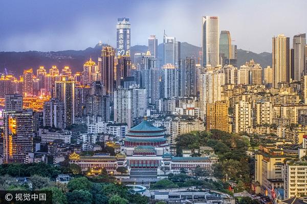 Trùng Khánh nằm ở phía Tây Nam (Trung Quốc), trước đây thuộc tỉnh Tứ Xuyên, hiện là một trong bốn thành phố trực thuộc trung ương, bên cạnh Bắc Kinh, Thượng Hải và Thiên Tân. Do đó, Trùng Khánh được xem như một đô thị phát triển bậc nhất đất nước tỷ dân cả về giao thông lẫn các công trình công cộng.