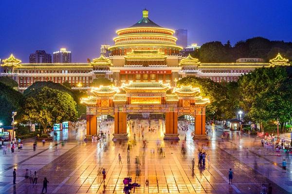 Đại lễ đường nhân dân nằm ở trung tâm thành phố, được mô phỏng lại phiên bản ở thủ đô Bắc Kinh, nằm trên một quảng trường rộng lớn. Nơi đây là điểm đầu tiên bạn phải ghé qua nếu đã một lần có dịp tới Trùng Khánh.
