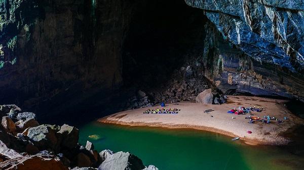 Bãi cát trắng trong lòng hang là điểm cắm trại đầu tiên trên hành trình, nằm bên dòng sông ngầm. Vào mùa nước lên, dòng sông sẽ chảy ngập qua bãi cát để khi rút, sẽ trả lại vẻ đẹp nguyên sơ cho nơi này.