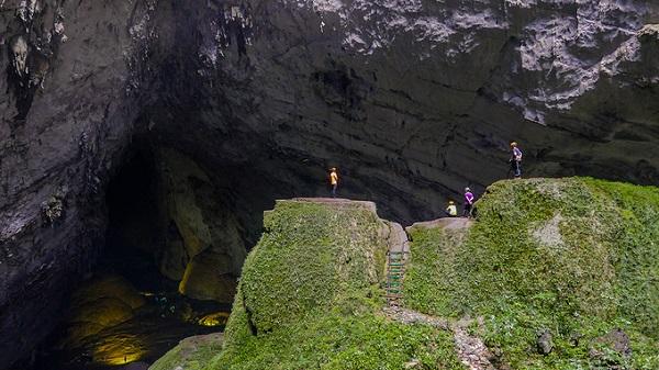 Hố sụt thứ nhất là điểm chụp ảnh yêu thích của du khách và các nhà thám hiểm. Các nhà khoa học ước tính những hố sụt này hình thành cách đây hàng trăm nghìn năm khi trần hang đổ sụp.
