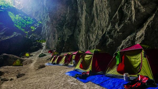 Không gian gần hố sụt thứ 2 là điểm cắm trại cho du khách. Tại đây các sinh hoạt như nấu ăn, bơi lội, vệ sinh... diễn ra bình thường nhưng luôn đảm bảo thân thiện với môi trường. Mọi đồ đạc được thu dọn sạch sẽ trước khi lên đường.