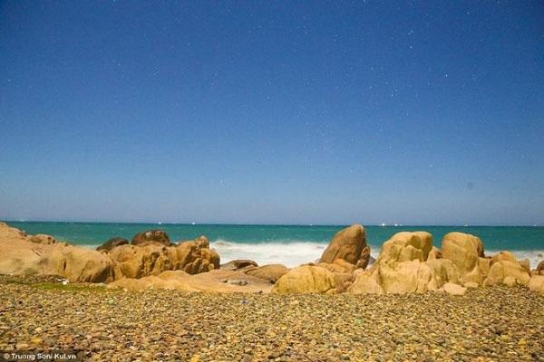 Bãi biển Cổ Thạch được nhiều người biết đến bởi cấu tạo đặc biệt của lớp đá nhiều màu.
