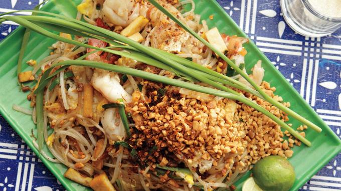 Pad Thai hay còn gọi là món phở xào kiểu Thái được chế biến ngay tại chỗ, với nguyên liệu giản đơn nhưng mùi vị không kém món ăn ở bất cứ nhà hàng sang trọng nào.